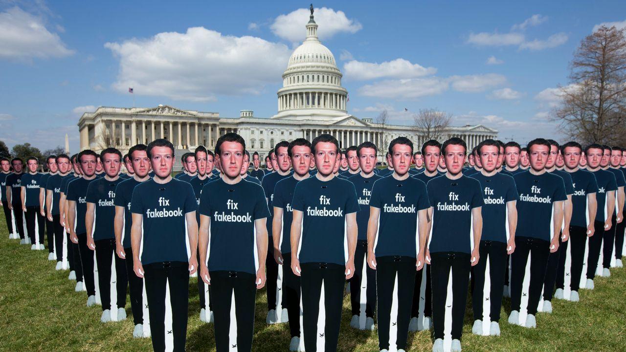 Cien figuras de cartón con el fundador y presidente de Facebook, Marck Zuckerberg, con camisetas en las que se lee «arregla Facebook», colocadas por el grupo activista 'AVAAZ', frente al Capitolio de Washington DC (Estados Unidos). Zuckerberg, comparece en el Senado de Estados Unidos para responder sobre el escándalo de Cambridge Analytica, una consultora que usó datos de la red social en beneficio de Donald Trump en 2016