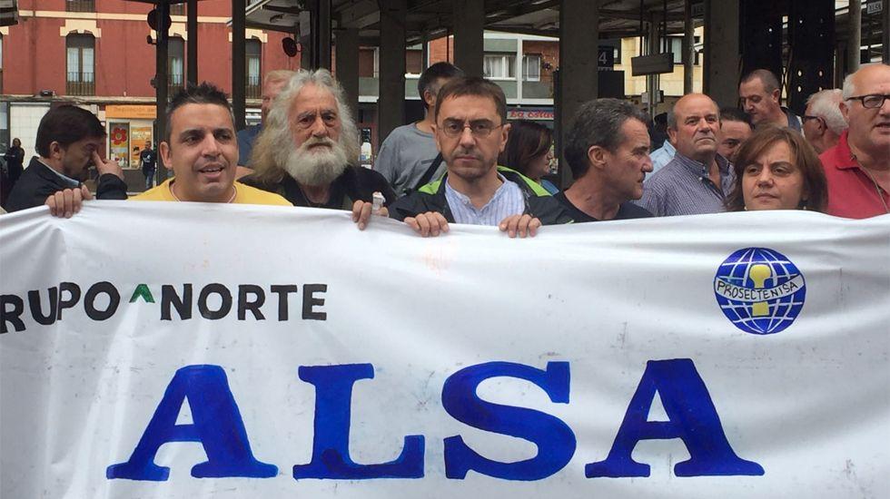 Holi Party Niemeyer.Juan Carlos Monedero, en el centro de la imagen, en la protesta sindical en la estación de Alsa en Gijón