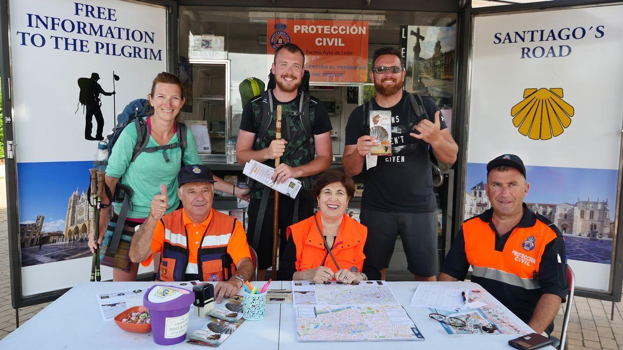 .Voluntarios de Protección Civil, en un punto de información a los peregrinos