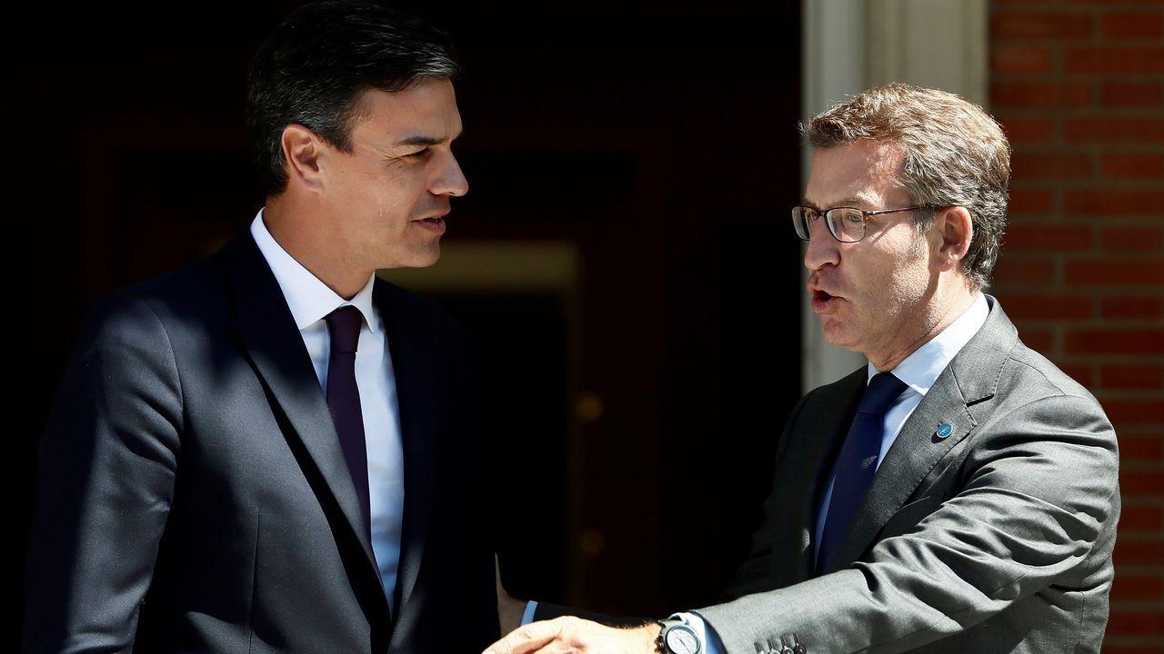 Carmín.Pedro Sánchez y Alberto Núñez Feijoo, ayer, en la entrada del palacio de la Moncloa