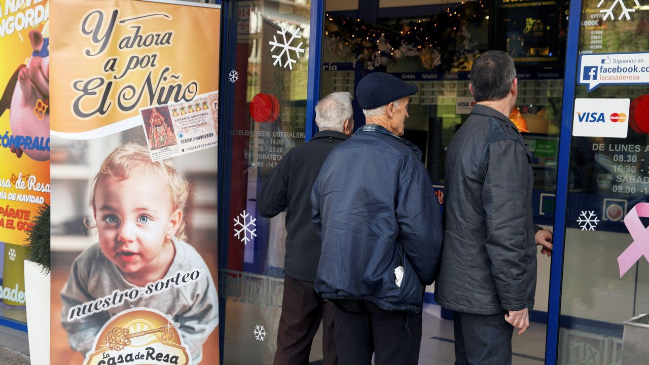 Varios curiosos se asoman a la administración de lotería que ha vendido 170 series de un cuarto premio del sorteo extraordinario de Navidad de la Lotería Nacional, repartiendo 34 millones de euros en la localidad alavesa de Llodio. El número 42.206, agraciado con un cuarto premio del sorteo extraordinario de Lotería de Navidad