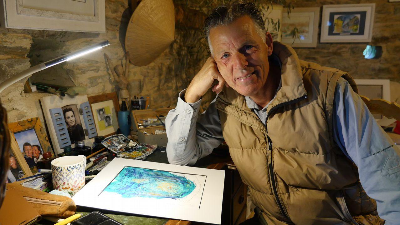 Arthur en su mesa de trabajo, donde pinta. Hizo el Camino en 2006, se enamoró de la ruta y compró un galpón que rehabilitó como galería y vivienda en A Balsa, Triacastela