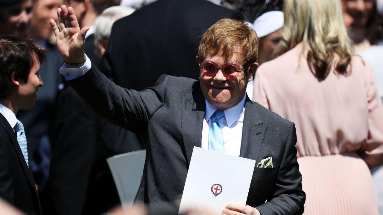 .Una actuación de lujo. Elton John se puso al piano para hacer sonar todos sus grandes exitos durante el enlace. Los invitados pudieron disfrutar de temas como I'm still Standing o Your Song.