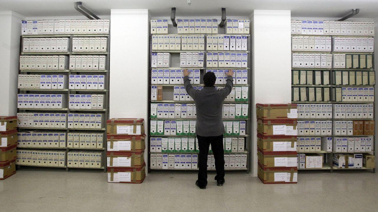 Suspenden la búsqueda de Emiliano Sala después de tres días de rastreos infructuosos.Imagen de los cientos de miles de folios del sumario del Prestige custodiados por la Audiencia