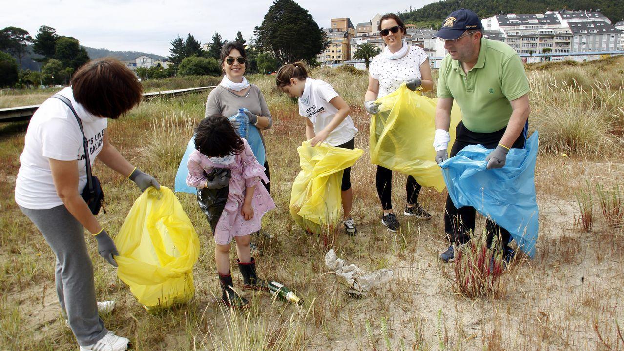 .Voluntarios recogen basura en la playa de Covas, en Viveiro