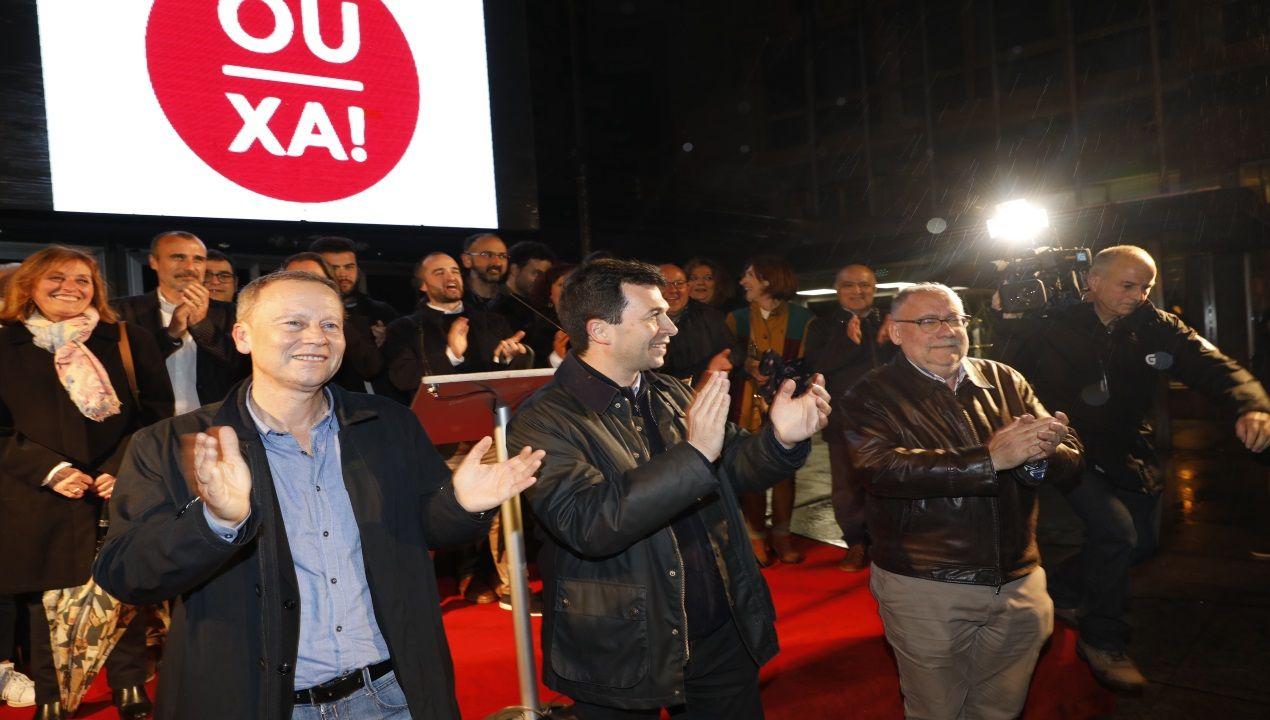 Pegada de carteles en Ourense con Gonzalo Caballero