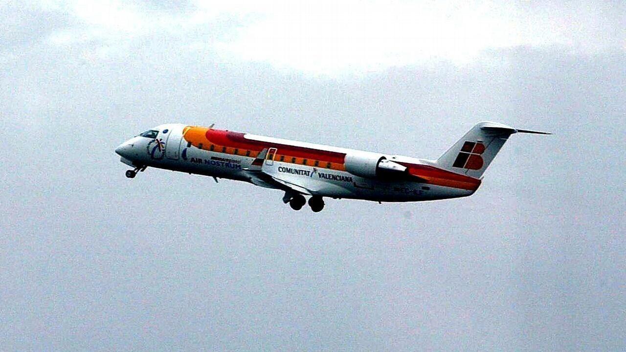 Avión de Iberia averiado en la pista del Aeropuerto de Asturias