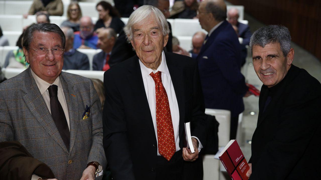 Sánchez Salorio, con Francisco Vázquez (a su derecha) y el editor Conde-Corbal, este miércoles en A Coruña