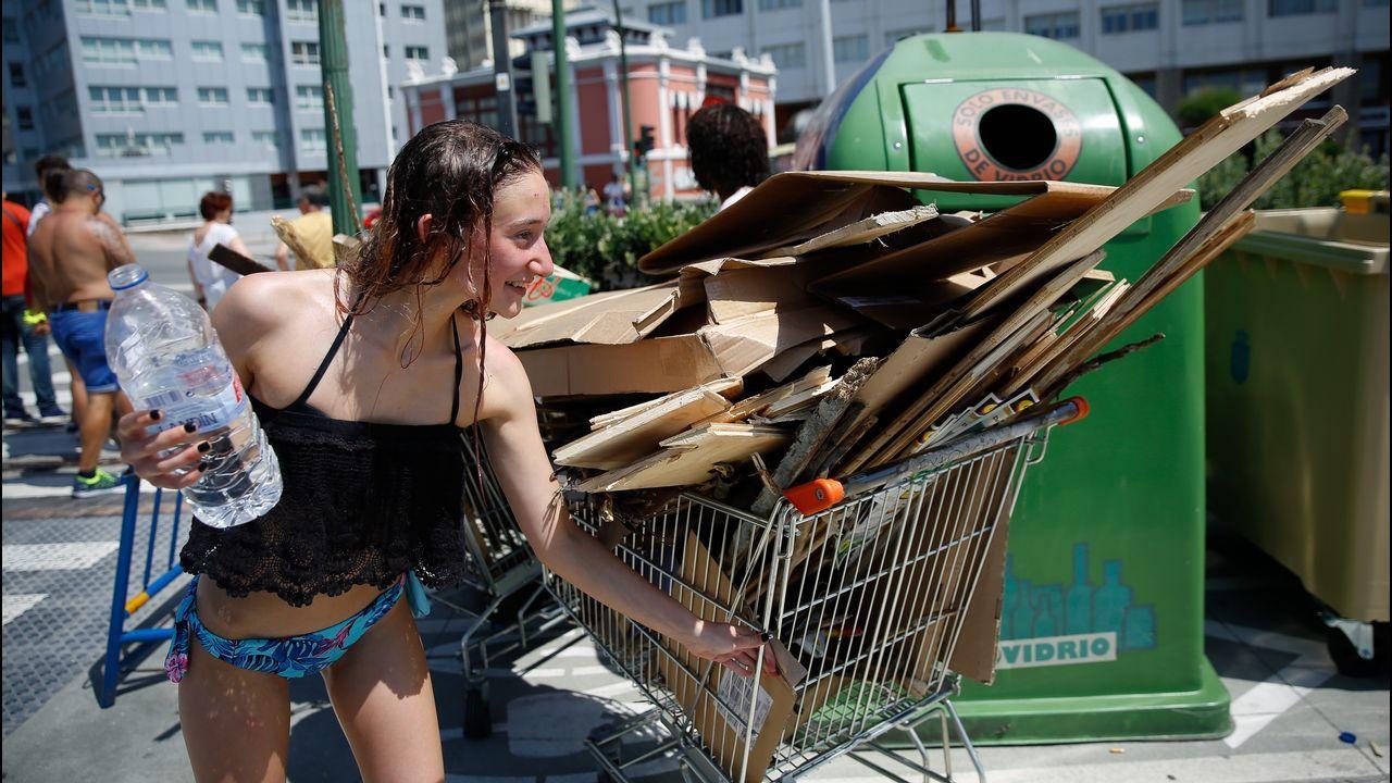.Trasladando cartones y madera en carritos del supermercado en A Coruña.