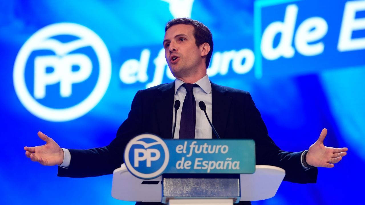 «¡Qué orgullo de presidente tenéis en Galicia! Os aseguro que no lo tendré lejos», ha dicho Pablo Casado de Feijoo durante su discurso.