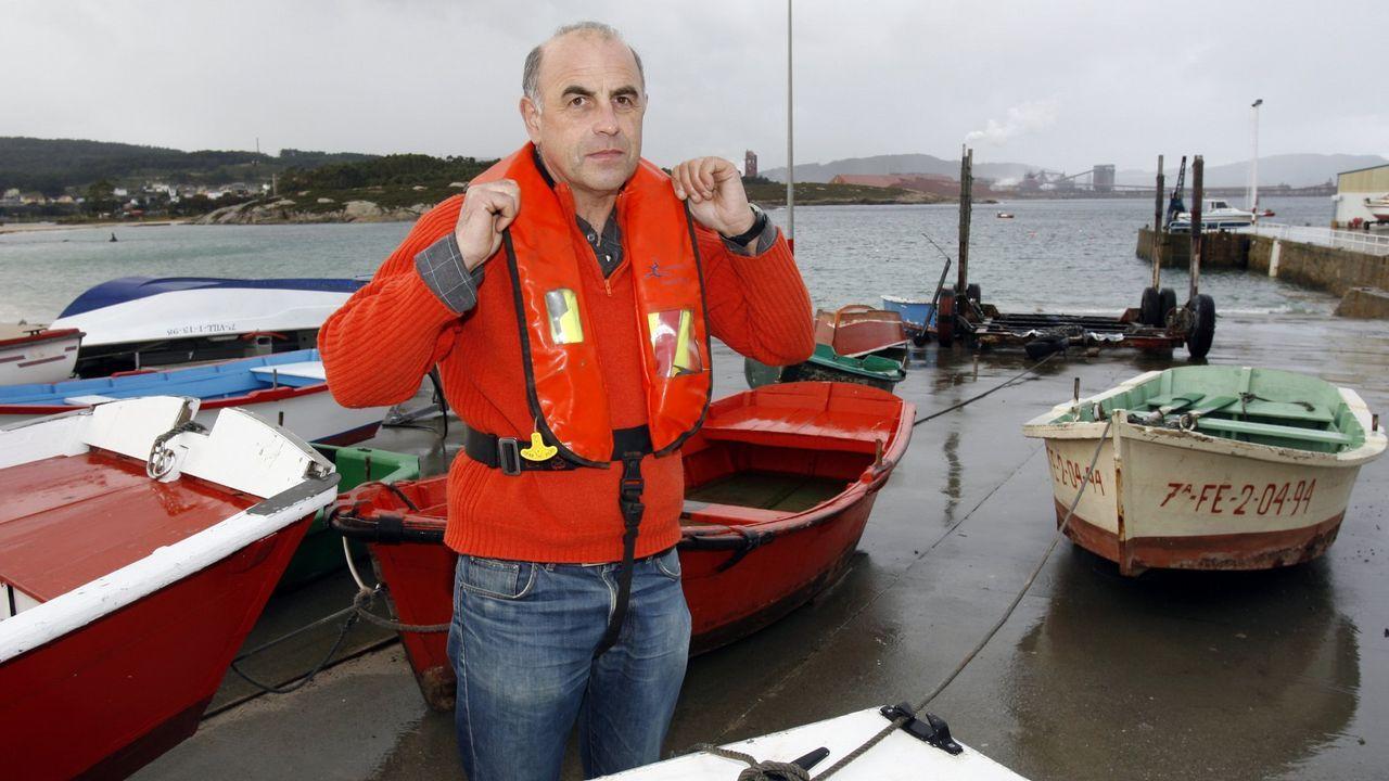 Ayuda a evitar un naufragio en San Cibrao remando