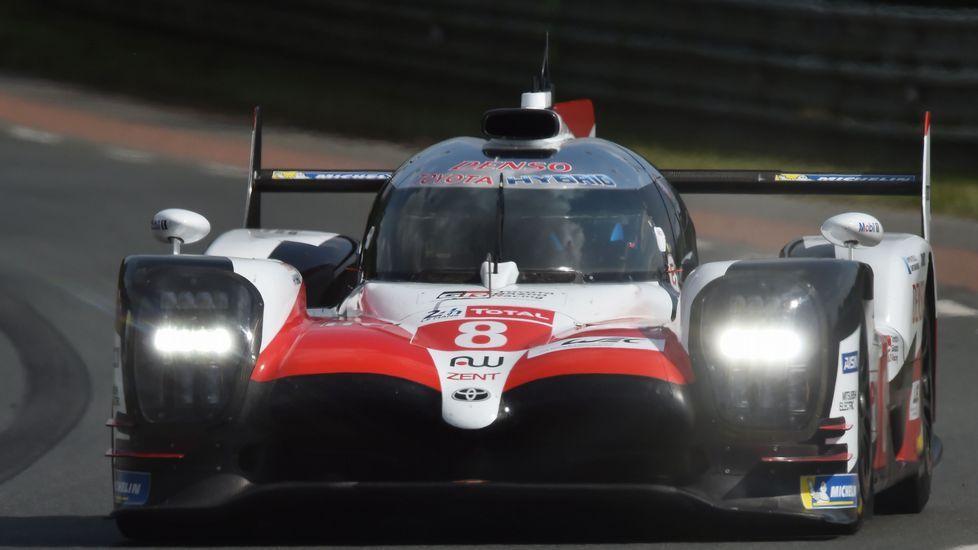 .El Toyota de Fernando Alonso, durante la primera de las rondas clasificatorias de las 24 horas de Le Mans