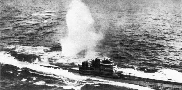 El submarino «U-966» recibiendo una carga de profundidad.