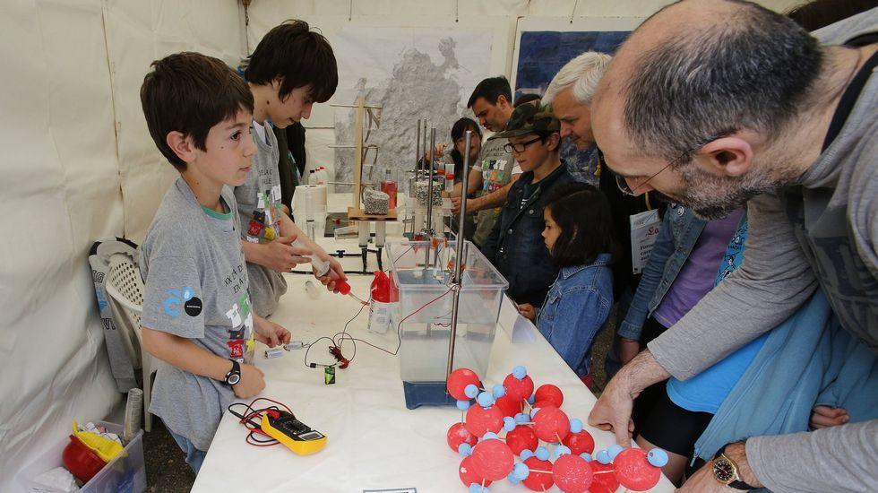 Experimento con electricidad en una de las ediciones del Día de la Ciencia en la Calle celebrado en el parque de Santa Margarita, en A Coruña