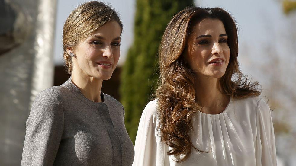 .Para la visista en la mañana de hoy al Centro de Biologñía Molecular, la reina Letizia eligió un dos piezas gris y Rania una camisa blanca con una falda con tonos grises, blanco y negro.