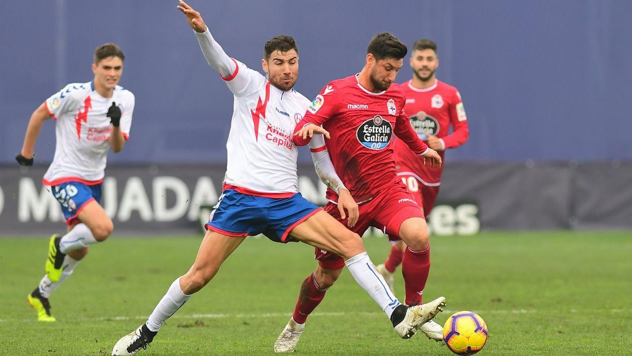 Las mejores imágenes del Deportivo - Almería.Borja Valle pugna con un rival en el partido de la primera vuelta disputado en el Cerro del Espino