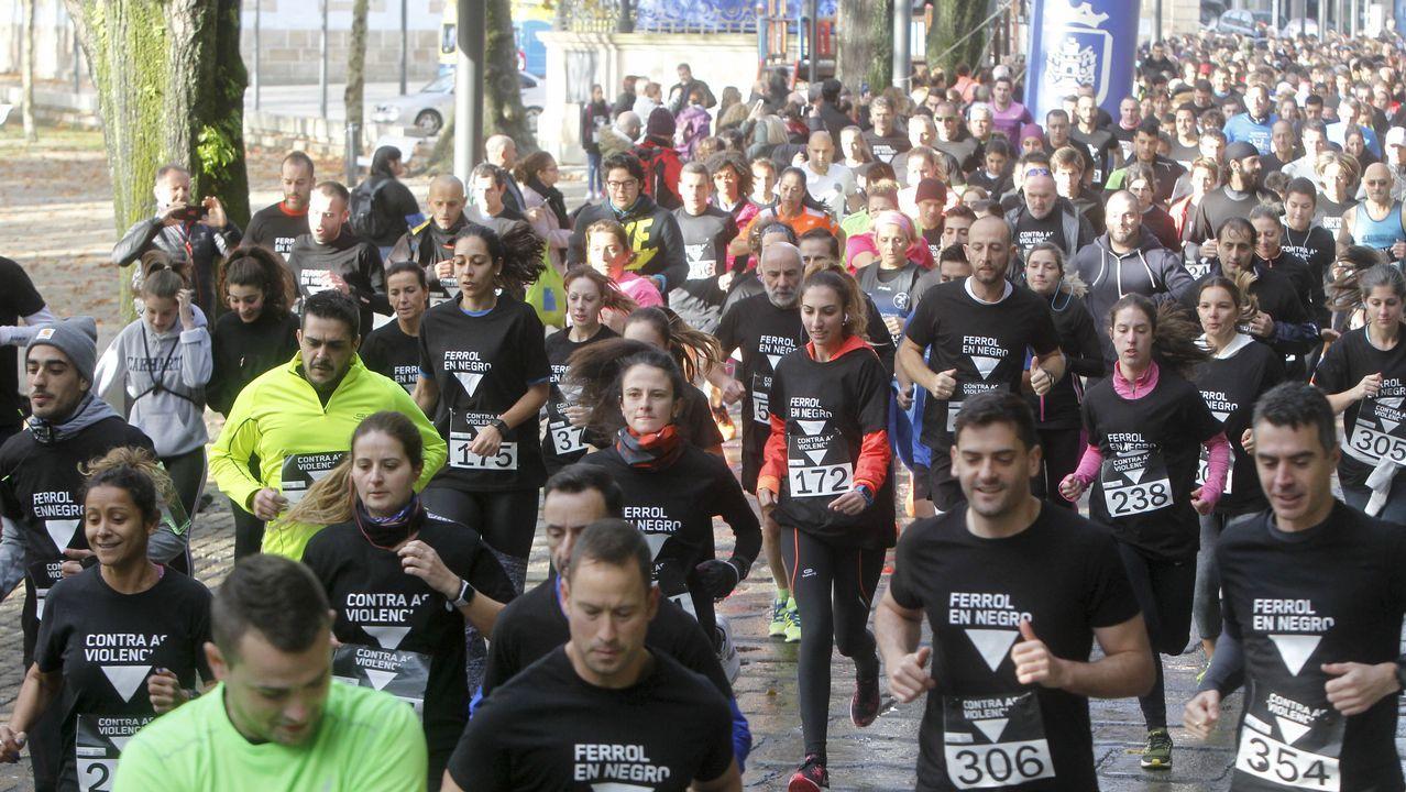 Ferrol corre y camina contra la violencia de género.Susana Veiga, con el cartel de la playa del Porto que dará nombre a una de las habitaciones