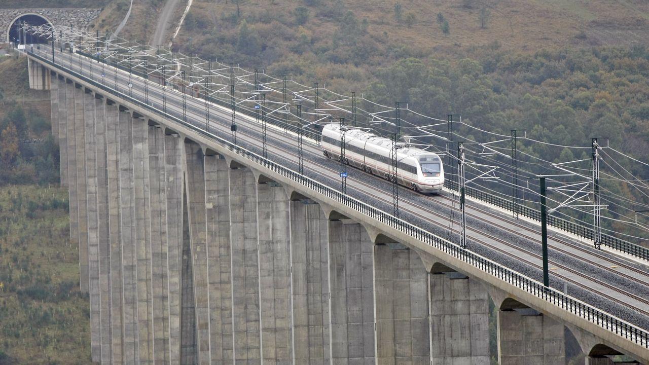 Hitos kilométricos en Galicia.Un tren circulando por el viaducto do Eixo, en el eje de alta velocidad Santiago-Ourense