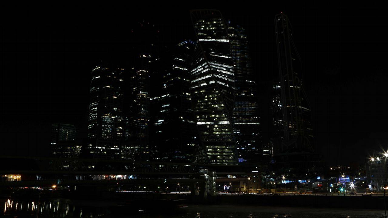 Vista general del Centro Internacional de Negocios de Moscú, también conocido como Moskva City, con las luces apagadas