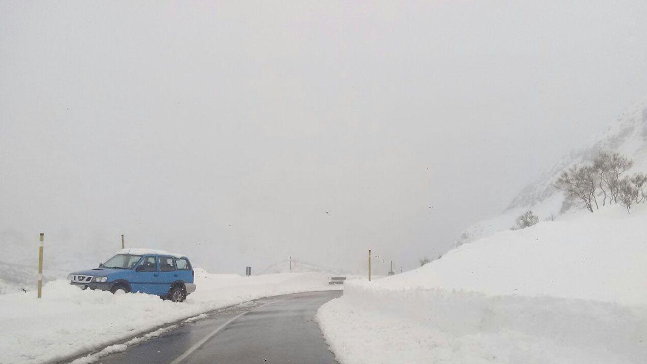 La nieve dificulta el tráfico en la autopista del Huerna.La nieve se acumula en gran medida en Cuevas, Aller