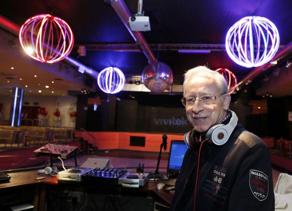 Luis López Basalo, propietario de la discoteca La Luna, también pincha de vez en cuando.