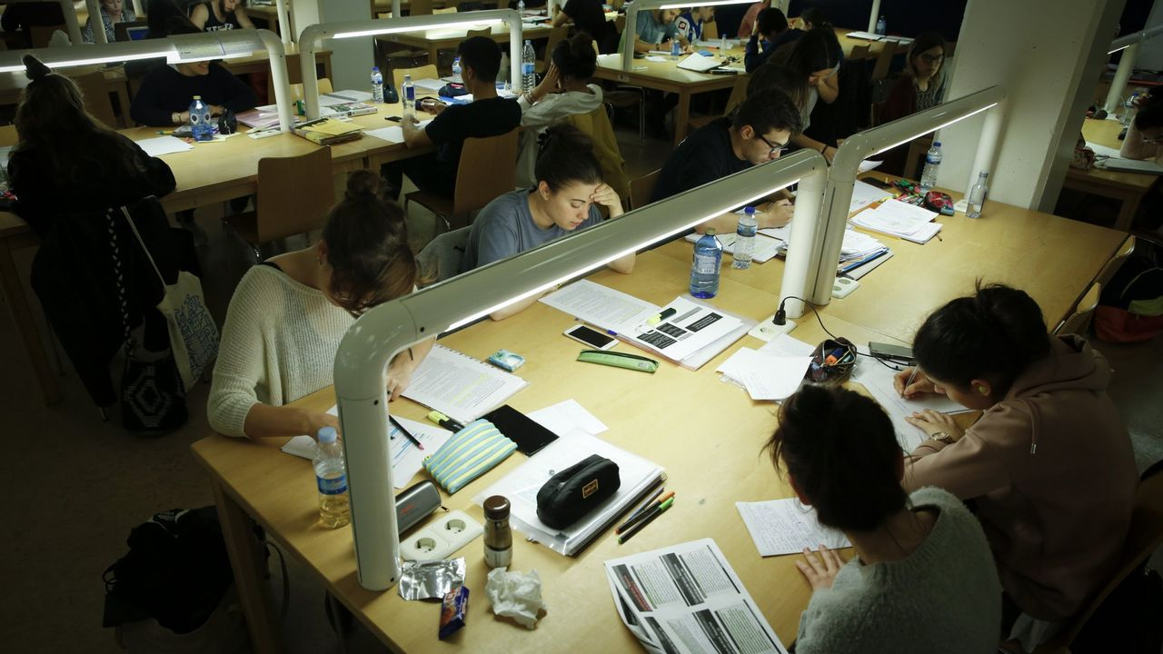 Alumnos a la espera de formalizar su matrícula en el campus de Ferrol, en una imagen tomada el pasado miércoles