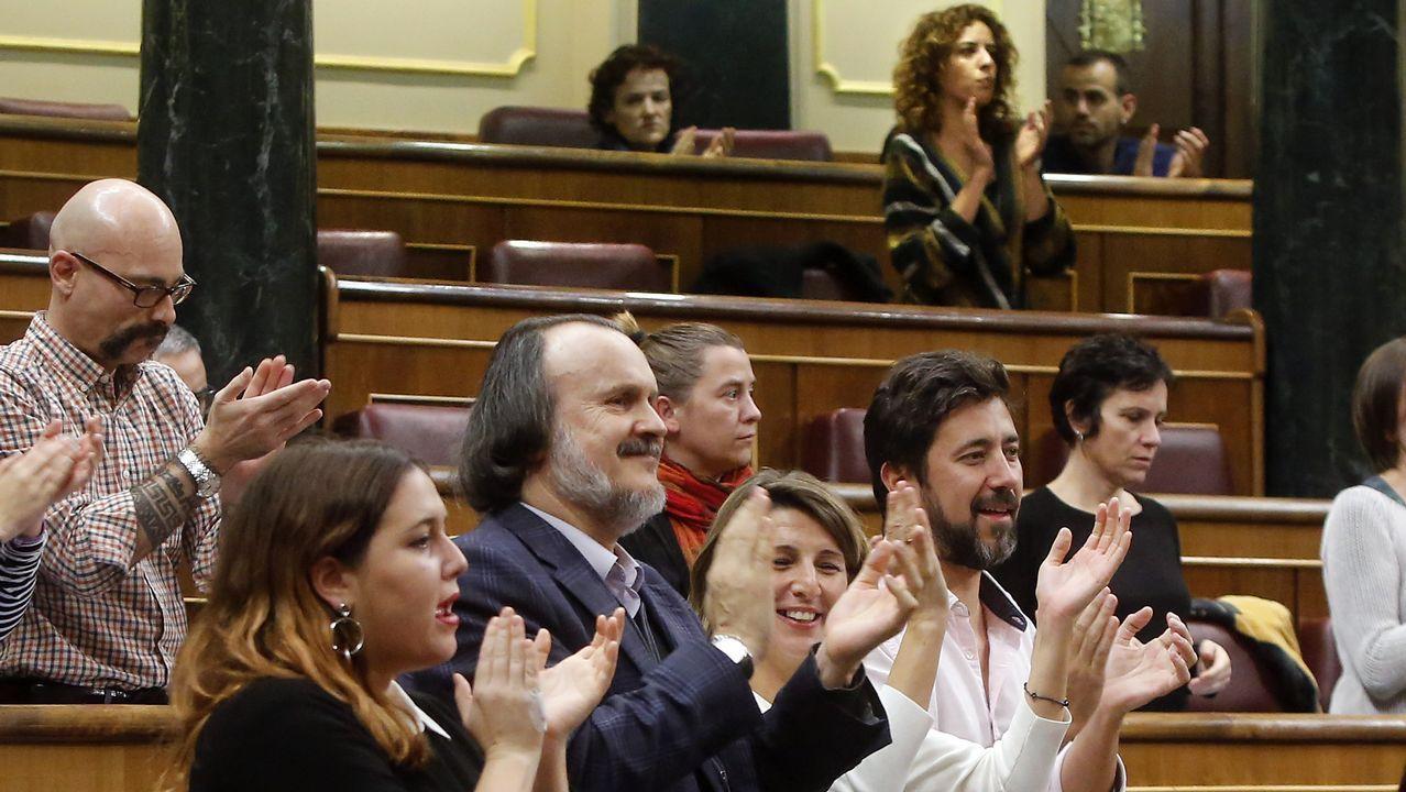 El Congreso vota hoy a favor de iniciar la transferencia de la AP-9 a Galicia.Rodríguez, Fernán Vello, Díaz y Gómez Reino aplauden desde tres filas más adelante que Fernández