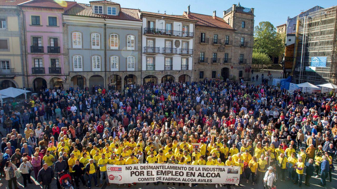 Centenares de personas se han concentrado frente al Ayuntamiento de Avilés para protestar contra el cierre de Alcoa
