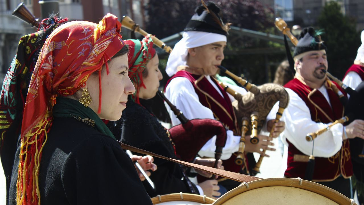 El folclore toma las calles de la ciudad con ganas de romería.XACARANDAINA EN LA ROMARÍA DE SANTA MARGARITA