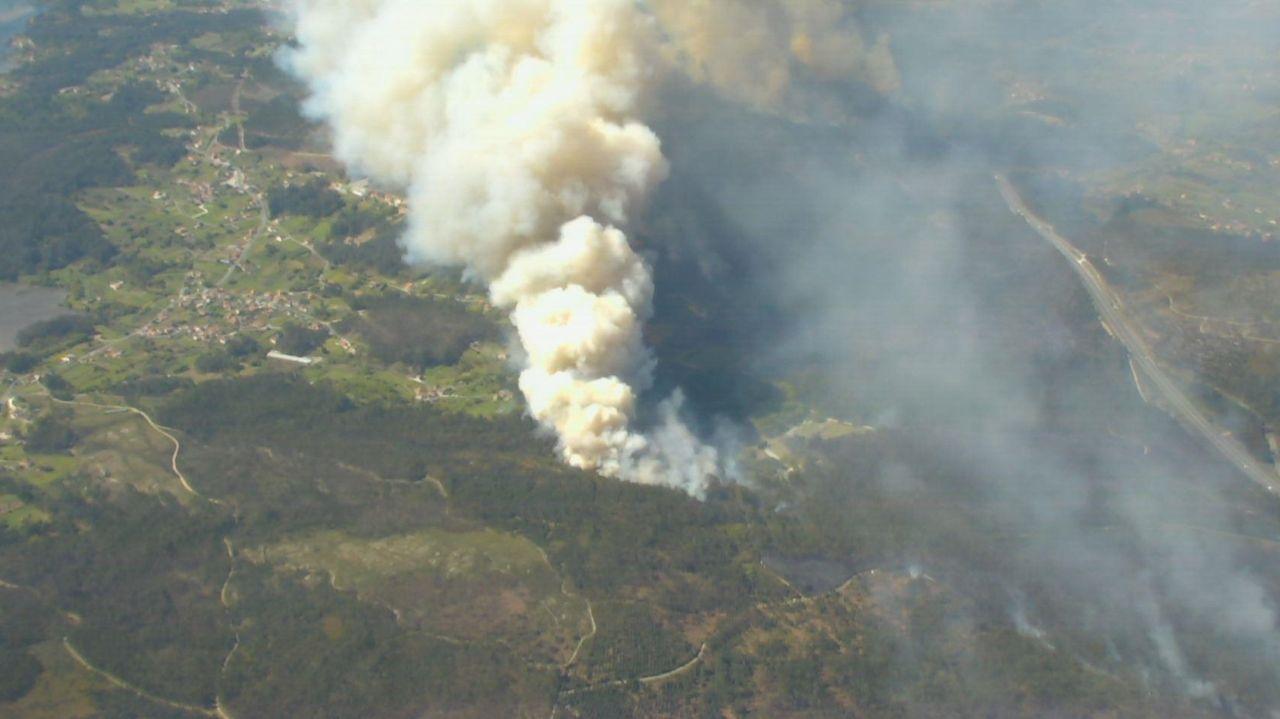 Vista aérea del incendio de Dodro y Rianxo