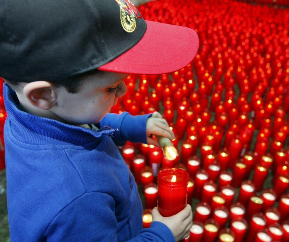 Todas las imágenes de las procesiones de Ferrol.Cientos de velas iluminaron ayer el exterior de la capilla del pazo de A Misericordia en Viveiro.