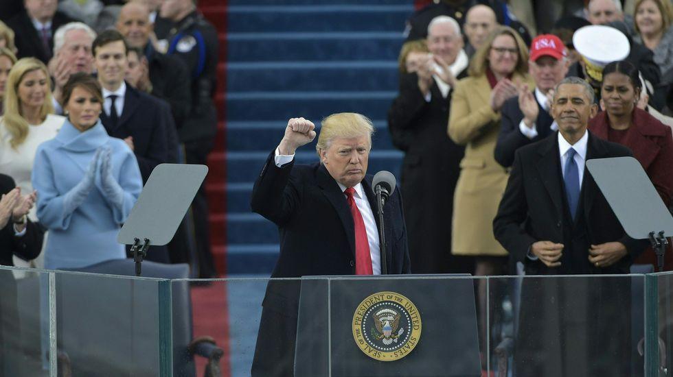 Donald Trump: «De hoy en adelante, América va a ser lo primero».Imagen de un miembro de los Sioux de Dakota durante una protesta en abril del 2014 contra la construcción de uno de los oleoductos autorizados este martes  por Trump