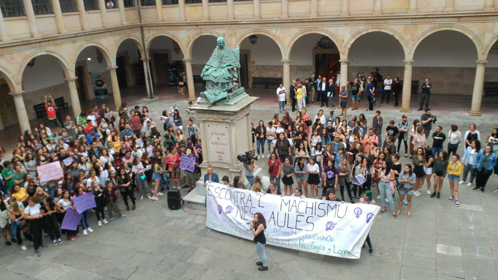 Las alumnas de la asamblea de estudiantes leen el manifiesto