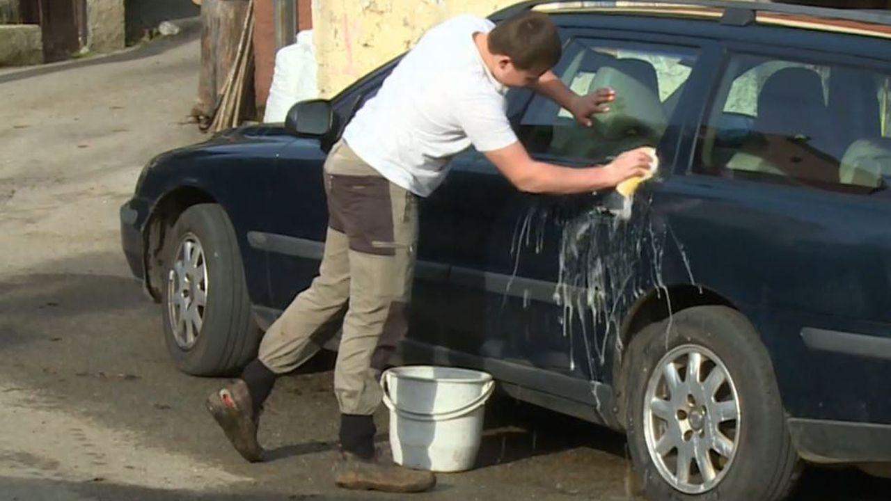 Adrián Beovides, el único niño de Yernes y Tameza, lavando su coche