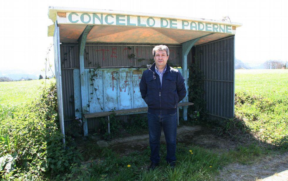 .López Ríos posa ante una de las marquesinas «en pésimo estado» del municipio de Paderne.