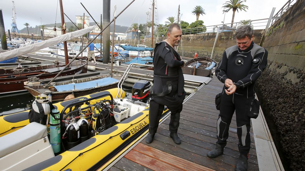 .Kike Ocampo -izquierda-, titular de Buceo Ferrol, se prepara en el muelle de Curuxeiras