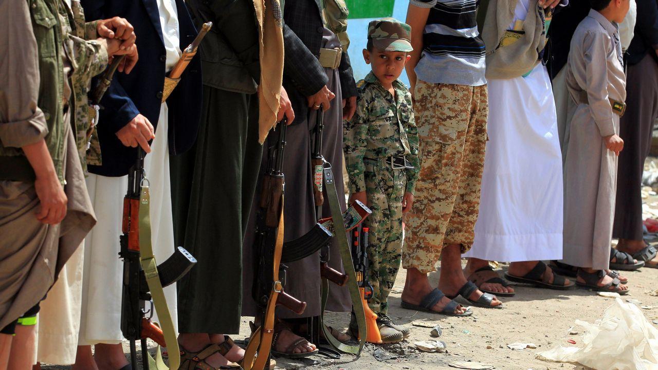 Un niño yemení participa en una marcha junto a varios seguidores de los rebeldes hutíes para reclutar más efectivos para el frente de Al Hudeida, en Saná.