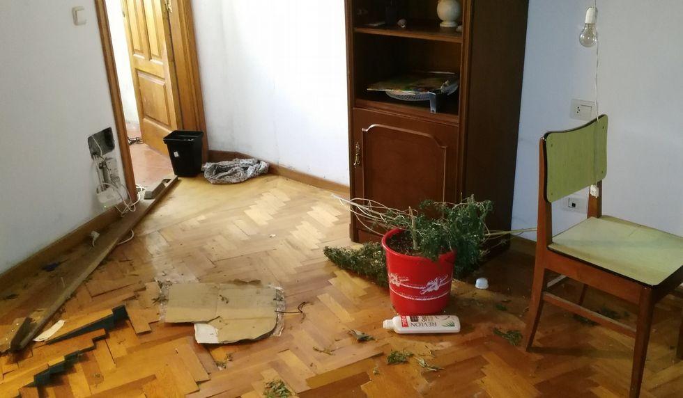 Así dejaron los okupas la vivienda de Antonio Vázquez.Accidente en autopista AP-9 o burgo direccion entrada en Coruña. Colisión múltiple