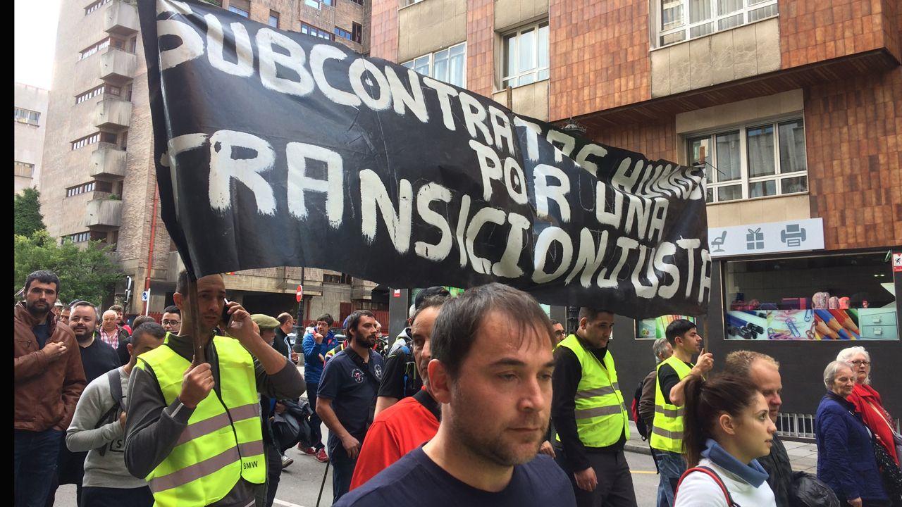Marcha minera por las calles de Oviedo.Un minero enciende un petardo en la marcha