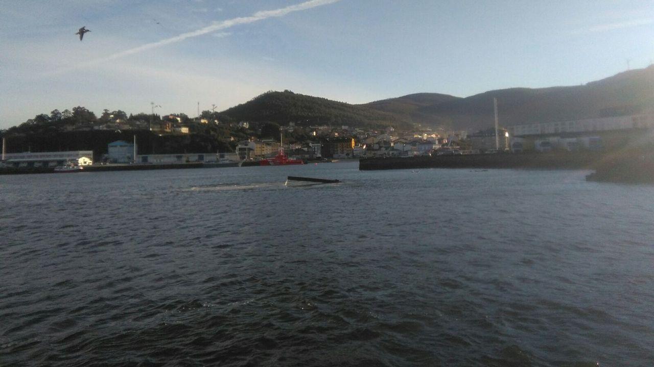 Arde una lancha de recreo en el puerto de Celeiro