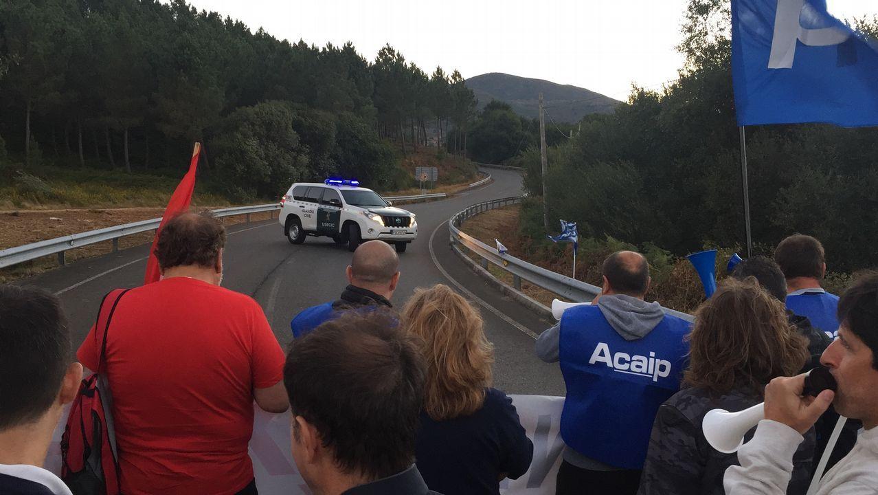 Los funcionarios penitenciarios cortan los accesos a la prisión de A Lama.Directivos de la asociación ADIA, en la concentración de interinos docentes celebrada en Oviedo