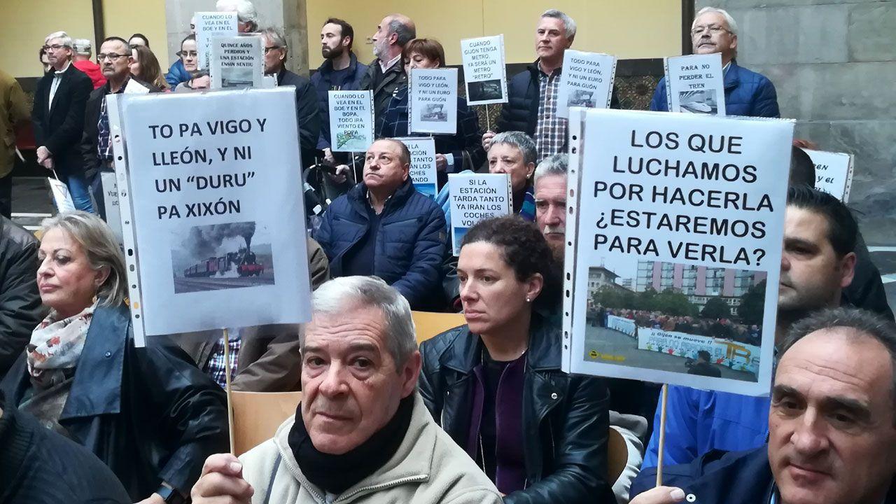 Oficinas de la Renta Social Municipal en El Coto (Gijón).Asistentes a la lectura del manifiesto de la Plataforma en defensa del Plan de Vías con carteles y eslóganes, en el CCAI