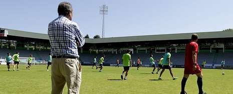 Las mejores imágenes de los partidos entre el Racing de Ferrol y el Compostela.El presidente del Racing, de espaldas, observa como Manolo García dirige un entrenamiento en el estadio de A Malata.