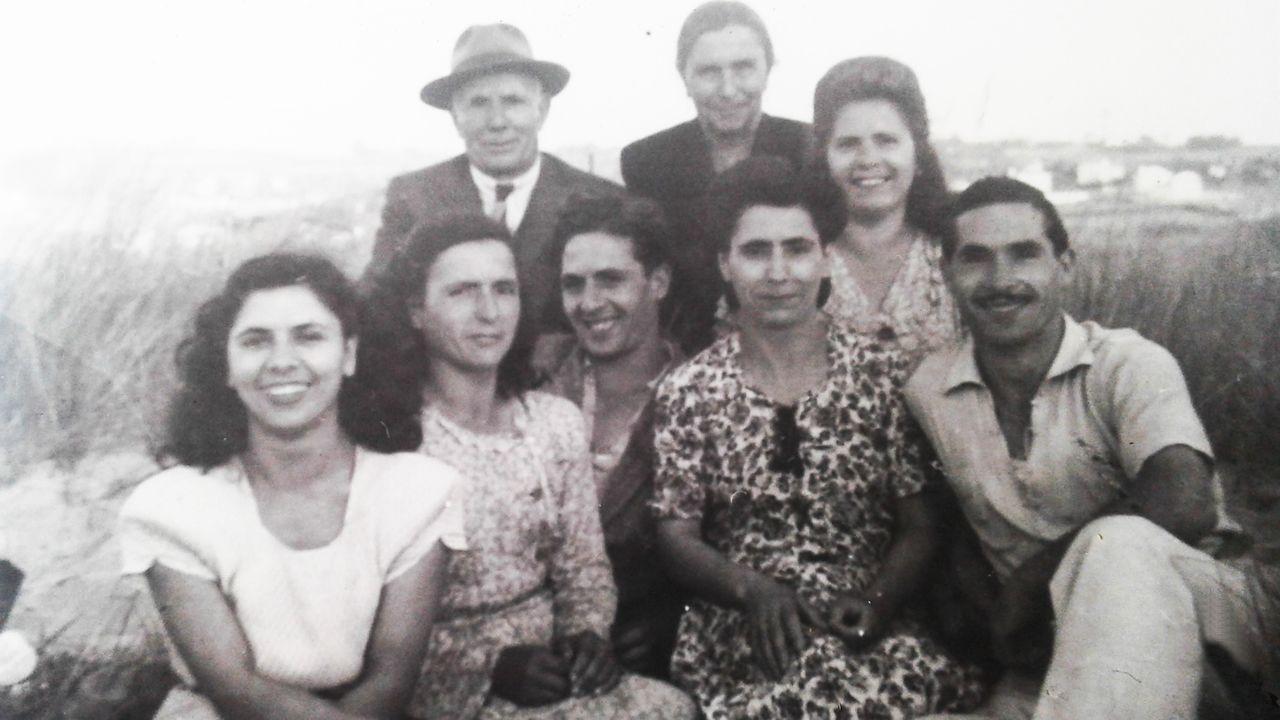 Rosa Conde González, tercera por la izquierda en la fila de abajo, junto a sus padres y sus cinco hermanos menores