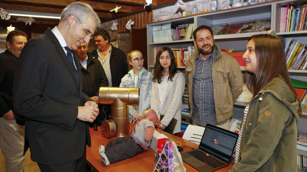 Los más jóvenes enseñan ciencia y tecnologíaal conselleiro