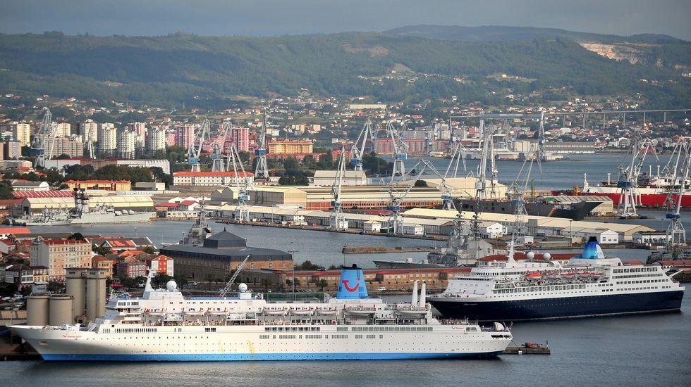 La «Méndez Núñez» zarpa de Ferrol para asumir el mando de la OTAN.Vista de dos cruceros amarrados en Ferrol