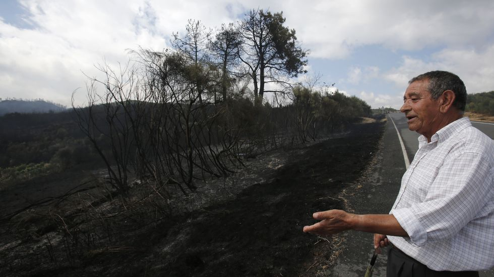 El incendio en O Couto, cuyo efecto se limitó a la maleza, fue motivo de preocupación por la proximidad de viviendas.
