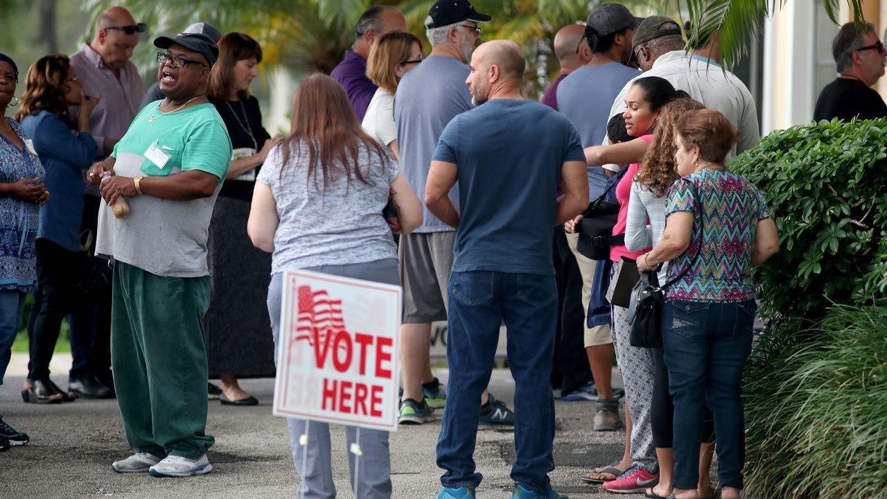 Colas de votantes en un colegio de Franklin, en Tennessee