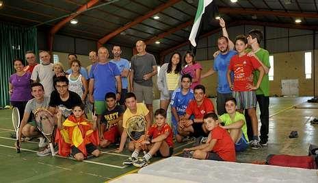 El grupo de Badajoz practicó deporte en el pabellón de Lalín, y visitó la localidad y el museo.