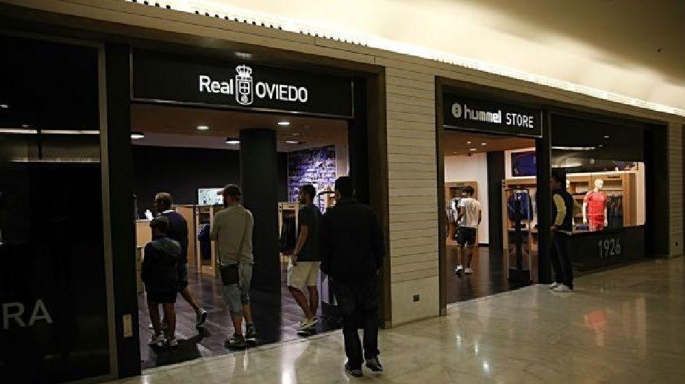 .Aficionados hacen cola en la Tienda Oficial del Real Oviedo